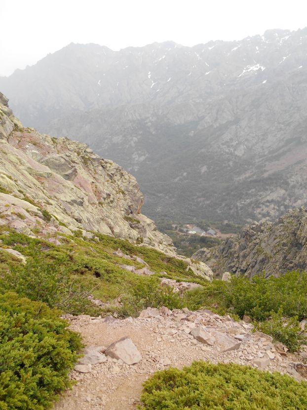 Po przejściu przez przełęcz czeka mnie jeszcze strome zejście w stronę schroniska. Wydaje się na wyciągniecie ręki – trzeba liczyć około półtorej godziny marszu.