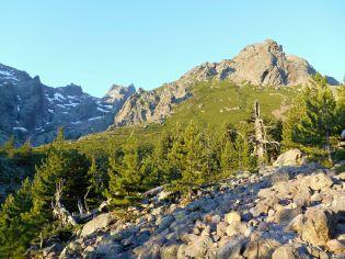 Po prawej stronie znajduje się przełęcz, w stronę której zmierzam – Bocca Tumasginesca (2183 m). Jest to zarazem początek Kotła Samotności. W tle po lewej szczyt – Capu Larghia (2503 m).