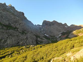 Widok na przełęcz Bocca Tumasginesca (2183 m). Po prawej stronie Punta Rosa/Pic Von Cube (2247 m).