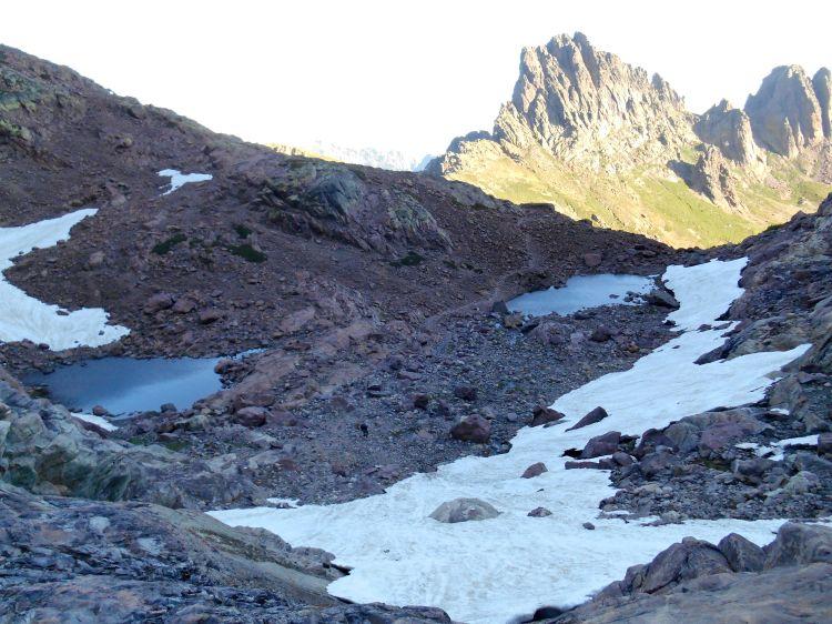 Dwa szczyty po prawej stronie – Punta Missoghiu (2201 m) i Punta Stranciacone (2151 m).