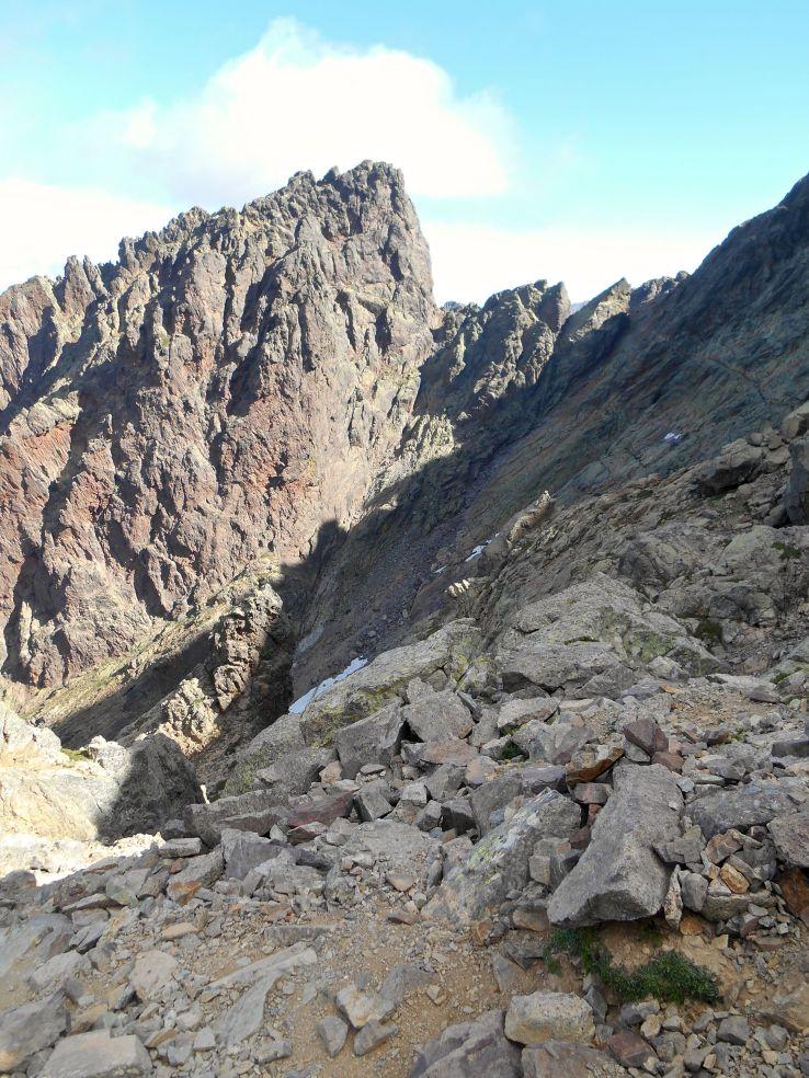 Spoglądając wstecz na początek Kotła Samotności i przełęcz Bocca Tumasginesca (2183 m).