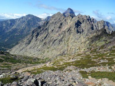 Na pierwszym planie szczyt Capu Tighiettu (2273 m), tuż za nim Paglia Orba (2525 m).