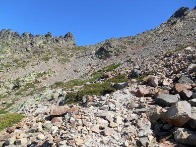 Rozpoczynam zejście z stronę schroniska Tighjettu i spoglądam jeszcze raz wstecz na przełęcz Bocca Minuta.