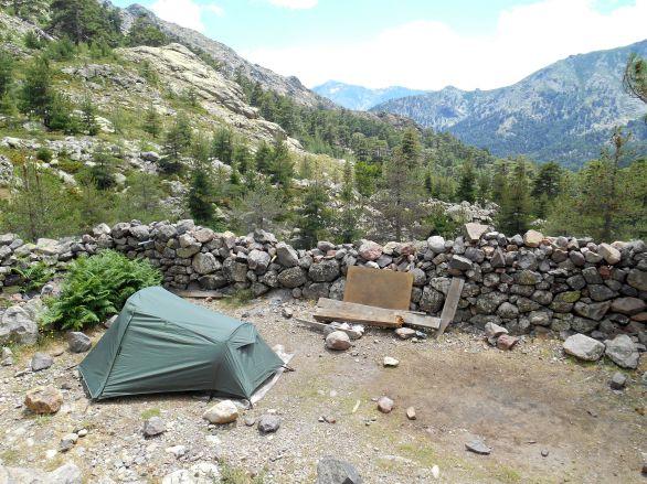 Pod wieczór obok mojego miejsca namiotowego rozbije swój namiot para pochodząca z Niemiec. Podyskutujemy trochę na temat GR20 i jego różnych wariantów. Oni idą w druga stronę – wybrali kierunek południe-północ.