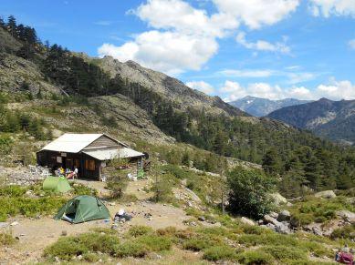 Dochodzę do Bergerie de Ballone, wybieram miejsce na namiot i zamawiam posiłek na wieczór oraz śniadanie.