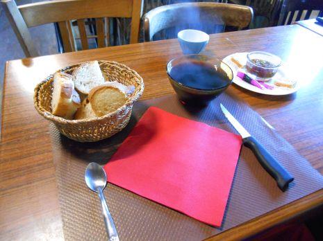 Śniadanie o godzinie 6h30. W pamięć zapadł mi zwłaszcza domowej roboty dżem, kawa swoją drogą należała do jednych z przyjemniejszych porannych rzeczy.
