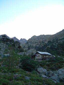 Wychodzę na szlak o 6.50. Na początku trasa jest łatwa, wiedzie przez las (Albertacce) przy prawym brzegu rzeki Viru.