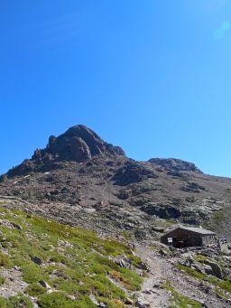 Schronisko Ciottulu di i Mori oraz szczyt Paglia Orba.