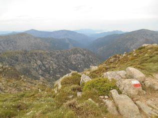 Widok na południowy-zachód w stronę doliny prowadzącej do miasteczka Cristinacce i przełęczy Col de Sevi.