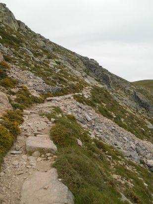 Szlak przebiega na południowym zboczu szczytu Capu a u Tozzu, omijając go i prowadząc bezpośrednio do przełęczy Bocca a Reta (1883 m).