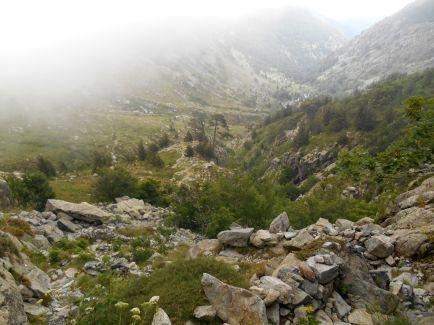 Początek szlaku to kierunek południowy-zachód, następnie zmiana na wschód i południowy-wschód. Pierwszym charakterystycznym miejsce, mogącym służyć również jako przystanek jest Bergerie de Ghjalgu.