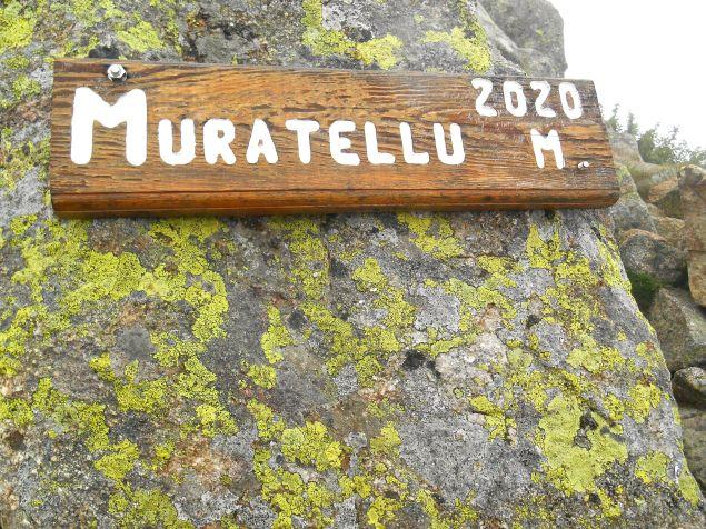Dochodząc do Punta Muratellu wiatr przestaje wiać, ale chmury są cały czas obecne.