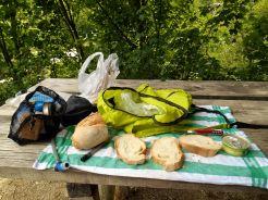 Popołudniowy posiłek, podczas którego rozmawiam z dwoma Belgijkami. Rozpoczęły one szlak GR20 w Vizzavonie i planują przejście części południowej. Maja dość obciążone plecaki, nie spodziewały się, że zaopatrzenie schronisk pozwala na łatwy zakup pożywienia i nawet rezerwację posiłków. Podczas kolejnych dwóch etapów będziemy się spotykać w schroniskach. Nie jest to ich pierwsza taka wyprawa, opowiadały mi o wcześniejszych, m.in. tych na Islandii.