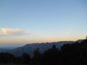 Widok przy zachodzie słońca na wschodnie wybrzeże Korsyki.
