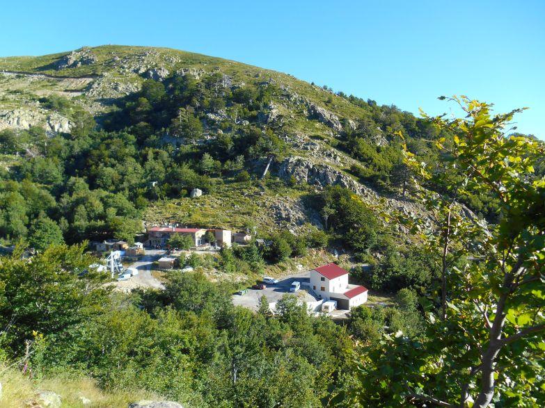 W drodze do jeziora Bastani (2092 m), widok na schronisko E Capannelle.