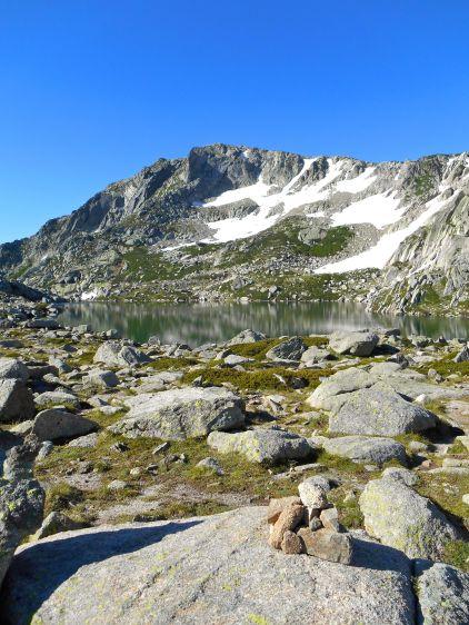 Jezioro Bastani (Lac de Bastani) i Monte Rinosu.