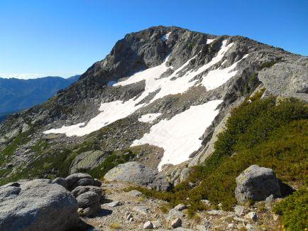 Następnie podejście wschodnim zboczem Punta Bacinellu (2247 m). Kierując się granią na południe dochodzimy do szczytu Monte Rinosu.