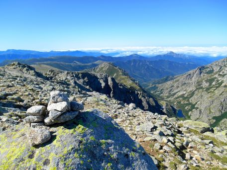 Widok ze szczytu na zachodnie wybrzeże Korsyki w kierunku Ajaccio.