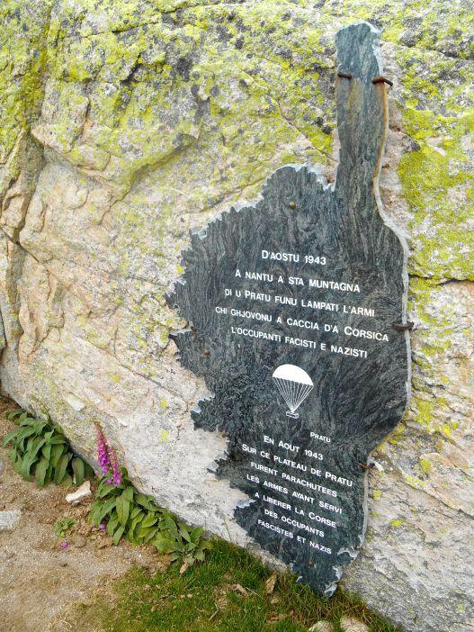 Tablica upamiętniająca zrzuty spadochroniarzy w sierpniu 1943 roku, które miały miejsce w pobliżu obecnego schroniska i które posłużyły do wyzwolenia Korsyki. Ajaccio było pierwszym francuskim miastem wyzwolonym od niemieckiej okupacji.