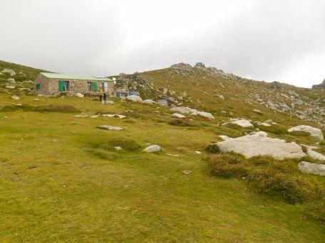 Około godziny 20 mgła zaczęła się nieco rozmywać. Gdy rozkładałem namiot (zdjęcie zrobione z tego miejsca) to widoczność kończyła się na dużym kamieniu po prawej stronie.