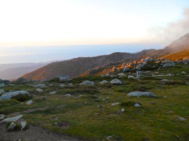 Poranek na polu biwakowym przy schronisku Prati z widokiem na wschodnie wybrzeże.