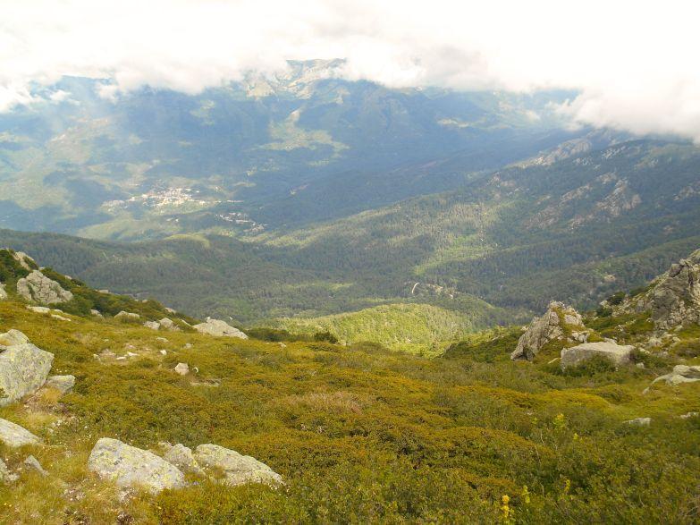Widok na zachód w stronę miasteczka Cozzano.