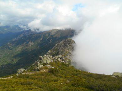 Interesujące zjawisko meteorologiczne (Foehn ?). Gdy znajdowałem się na wschodnim zboczu masywu szedłem w mgle, gdy wszedłem na grań i przeszedłem na stronę zachodnią moglem podziwiać taki widok. Granica ta ciągnęła się wzdłuż całej widocznej grani.