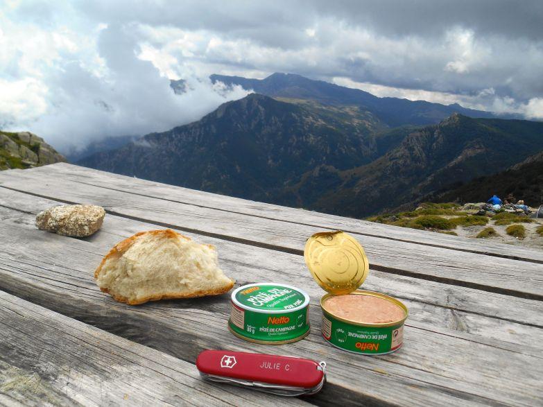 Popołudniowo-wieczorny posilek. W tle widoczny szczyt Monte Incudine (Alcudina po korsykańsku to kowadło).