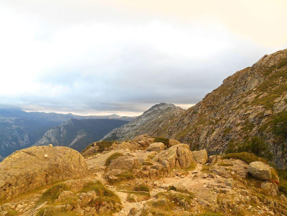Wieczorem zastanawiam się, jaka będzie jutro pogoda. Jeśli niebo będzie odkryte postanawiam przejść przez Monte Incudine do następnego schroniska – Asinau. Jeśli natomiast pogoda rano nie będzie za dobra, to pójdę w stronę nowego schroniska Matalza (który od 2012 stanowi dodatkowy etap GR20) i tam postanowię, albo przeczekać, albo kontynuować w strone Asinau.