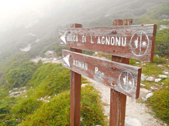 Zdjęcie z drogowskazu znajdującym się przy wyjściu na szlak w pobliżu schroniska Usciolu jest ostatnim zdjęciem aż do okolic Bocca di Chiralba (1742 m), czyli około sześciu godzin marszu od schroniska. Powodem były silne opadu deszczu, które przeszły w dwugodzinna ulewę.