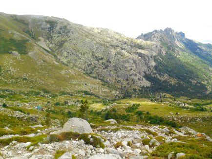 Widok na schronisko ze wschodniego zbocza Monte Incudine.