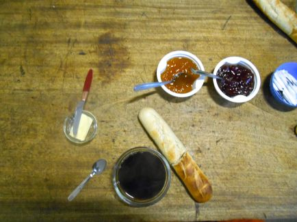 Śniadanie w schronisku Asinau.