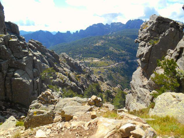 Na zdjęciu powyżej widoczna jest przełęcz Foce di Bavedda (1218 m), a przy niej droga, restauracje i turyści. Nas czeka jeszcze strome zejście pośród kamieni.