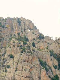 Rozbijam namiot obok grupy wędrowców, których spotkałem po raz pierwszy przy schronisku Prati i których namiot został w nocy zaatakowany przez korsykańskiego głodomora. Podczas tego etapu zrobiliśmy sobie nawzajem zdjęcia przy przełęczy Foce Finosa. W pewnym momencie jeden z nich mówi, ze ich kolega ma pomysł wejścia na znajdujący się w pobliżu szczyt Punta Tafunata. Na zdjęciu powyżej widoczna jest machająca osoba (nad górskim otworem, po lewej stronie).