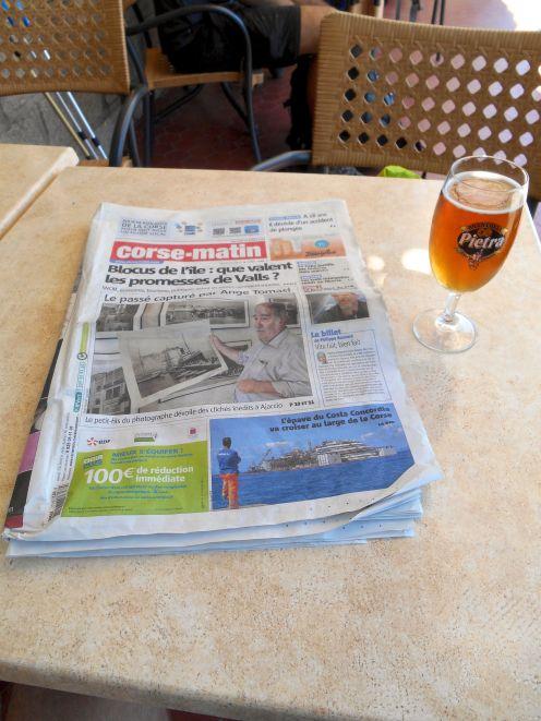 Siadam przy stoliku i zamawiam piwo Pietra oraz biorę do rąk miejscową gazetę (pierwszy raz od dwóch tygodni).