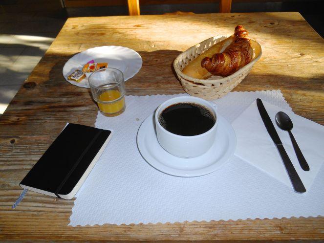 """Śniadanie na polu namiotowym """"La Tonnelle""""."""