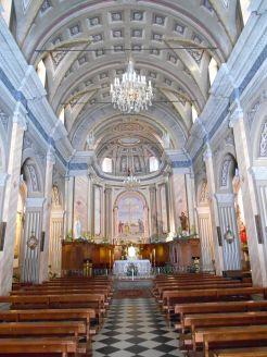 Kościół Saint-Jean-Baptiste – klimatyzowany. Gdy wychodzę, napis na drzwiach prosi mnie o ich zamknięcie.