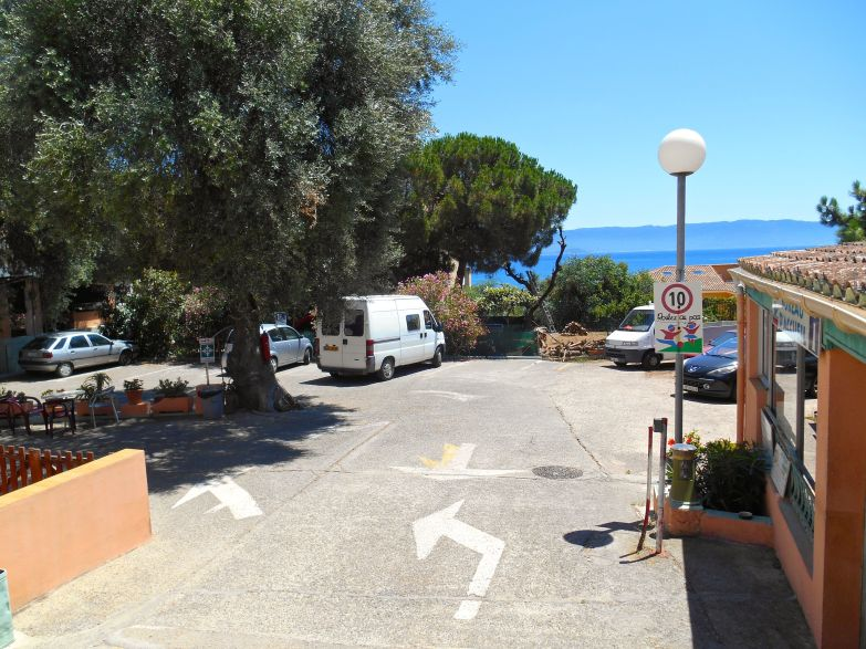 Na zdjęciu powyżej widać wjazd do pola namiotowego Barbicaja w Ajaccio, gdzie rozbiję swój namiot na dwa dni.