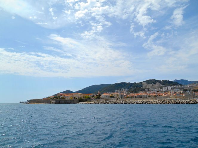 Wypływamy z portu i kierujemy się wzdłuż wybrzeża, przy którym znajduje się pole namiotowe, na którym spędzam ostatnie noce na Korsyce.