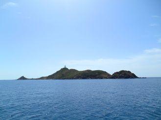 Zbliżamy się powoli do archipelagu wysp Sanguinares, który składa się z czterech wysp – Mezzu Mare (Wielka Sanguinaire, długa na 1200 m i szeroka na 300 m), Cormorans (lub Isolotto), Cala d'Alga i Porri.
