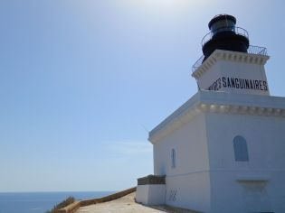 Decyzja o budowie latarni morskiej Sanguinares zapadła w kwietniu 1838. Budowla trwała sześć lat, a latarnia zapaliła po raz pierwszy swe światło 1 grudnia 1844 roku. Latarnia znajduje się 80 metrów nad poziomem morza. Jej kwadratowa wieża mierzy 18 metrów. Niesie swe światło na 27 mil – trzy białe błyski co 15 sekund (dokładniej – dwa błyski trwające 0,1 s oddzielone od siebie o 3,9 s i jeden błysk trwający 0,1 s, po którym następuje przerwa trwająca 6,9 s.