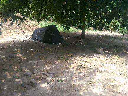 Gdy przyjeżdżam na pole namiotowe około godziny 11 jestem jedną z pierwszych osób. Pozwala mi to na wybór zaciemnionego miejsca, popołudniu wokół mojego namiotu rozstawionych będzie kilka innych.