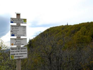 Początek szlaku Sentier des Roches. Szlak zamknięty zimą.