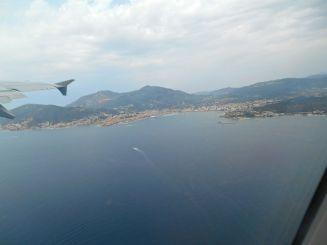 No to startujemy, niebo było pochmurne spoglądając w głąb wyspy, jednak nie w pobliżu Ajaccio, co pozwoliło mi na zrobienie kilku zdjęć i podziwianiu zatoki Ajaccio oraz Wysp Sanguinaires z lotu ptaka.