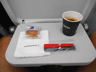 Posiłek w samolocie. Gdy leciałem z Paryża do Calvi, dostałem ciastko korsykańskie, w powrocie zaproponowano nam ciastka z Bretanii.