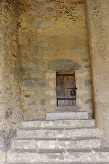 Drzwi na zdjęciu mają 1 metr wysokości. Prowadziły do małego wiezienia znajdującego się pod wieżą.