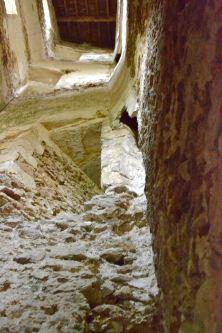 Wnętrze jednej z nieodrestaurowanych wieży (dawne latryny).
