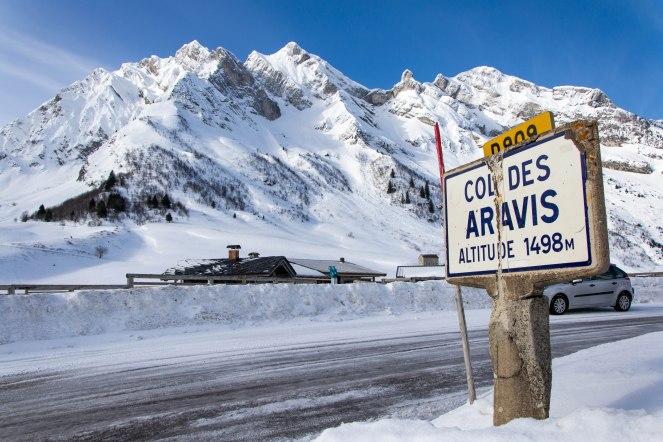Przełęcz Aravis, widok na zbocze północne (Envers des Aravis) w stronę szczytu Pointe de Merdassier (2313 m) i L'Etale (2483 m).