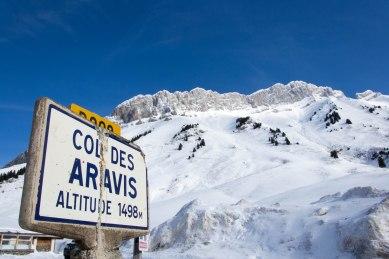 Przełęcz Aravis, widok na zbocze południowe (Adroit des Aravis), w stronę szczytu Pointe des Aravis (2325 m) i Aiguille de Borderan (2492 m).