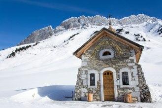 Kapliczka znajdująca się przy przełęczy.